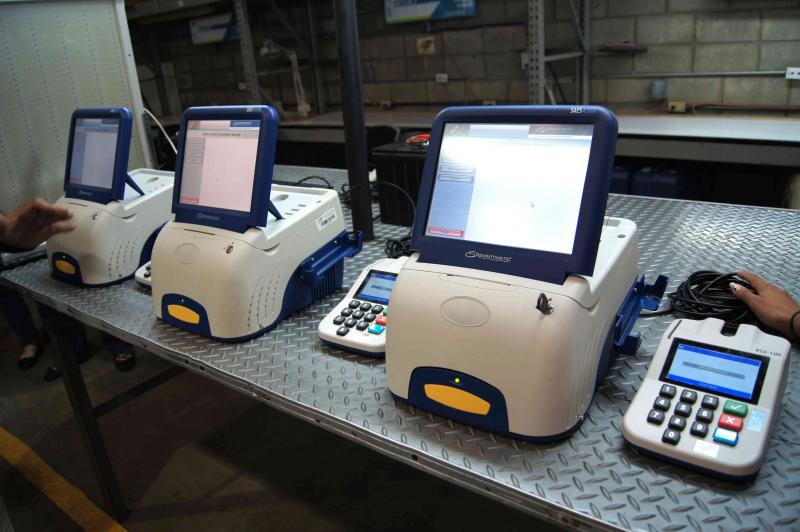 Ein wichtiger Teil der Wahlvorbereitung findet in technischen Zentrum des CNE statt. Hier werden die 39.000 Abstimmungsgeräte gewartet, repariert und unmittelbar vor jedem Wahlgang programmiert. Auf dem Bild sind die drei Geräte der 4000er Reihe zu sehen, die zur Zeit verwendet werden.