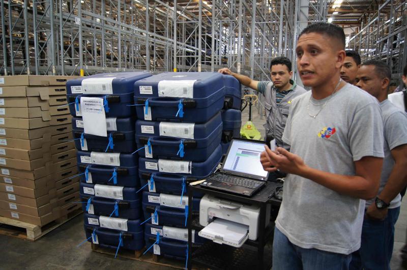 """Die Geräte werden in der Nacht von Donnerstag auf Freitag vor der Wahl verschickt. Ab diesem Zeitpunkt gilt in Venezuela das """"Ley Seca"""": Der Ausschank von Alkohol ist verboten. Ebenso darf in diesem Zeitraum keine Wahlwerbung gemacht werden und die Veröffentlichung von Prognosen ist verboten. Die Außengrenzen auf dem Landweg werden geschlossen."""