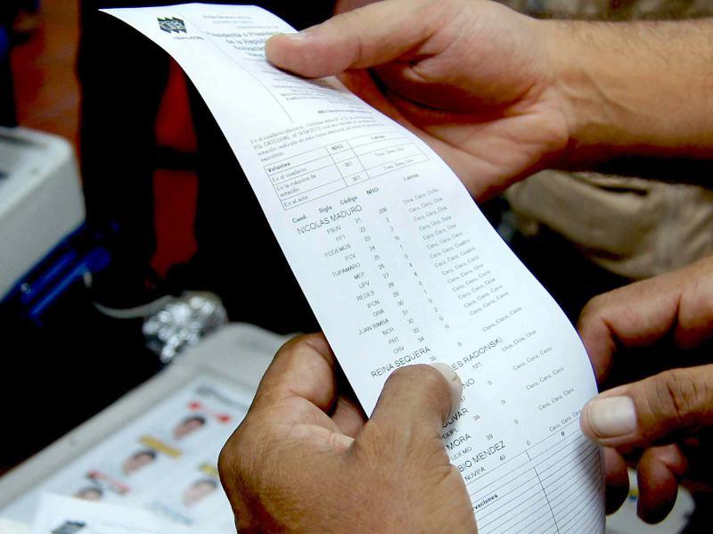 Auf diesen Belegen sind alle an diesem Gerät abgegebenen tabellarisch nach Partei und Kandidat aufgelistet. Sie sind zur späteren Überprüfung des Ergebnisses im Falle einer Anfechtung. Bis zu diesem Zeitpunkt kann jeder Wahltischmitarbeiter die Abstimmung stoppen. An diesem 14. April gab es an den 39.000 Wahltischen bis 22 Uhr keine einzige Beschwerde.