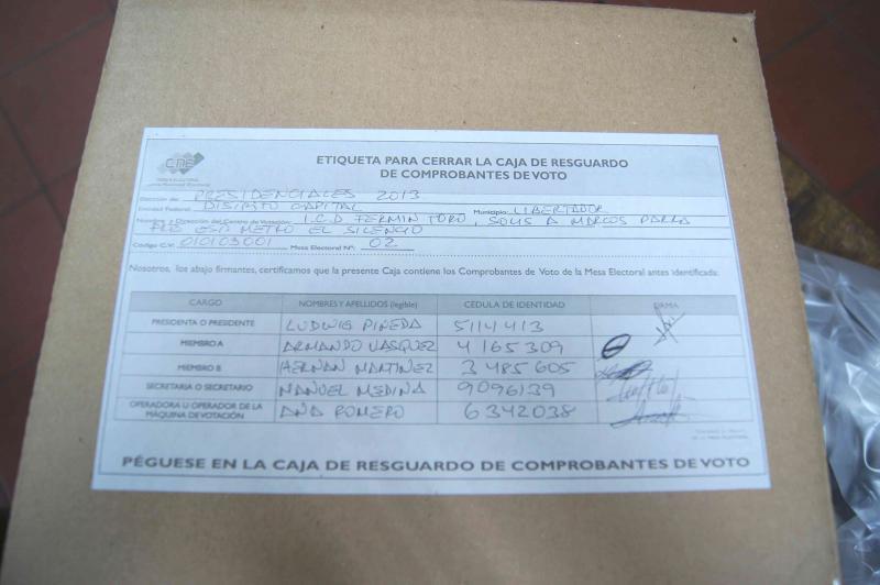 Die Urnen mit den Papierbelegen, die nicht vor Ort überprüft werden – dies sind etwa 46 Prozent – werden nun versiegelt und von allen fünf Wahltischmitarbeitern gegengezeichnet. Sie werden für den Fall einer späteren Überprüfung vom CNE archiviert.