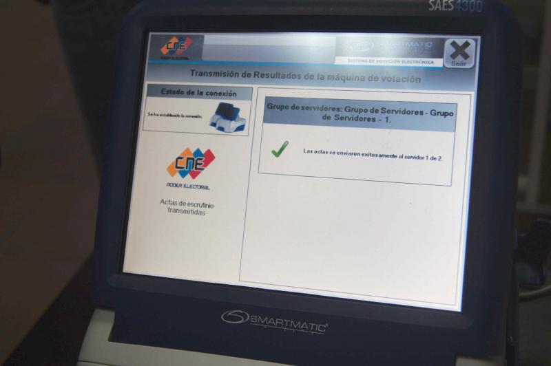 Auf dem Bildschirm des Wahlcomputers bestätigt der Server des CNE den Eingang des Ergebnisses von dieser Maschine.