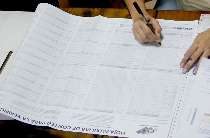 Jede einzelne Stimme und das Auszählungsergebnis wird im Wahlheft vermerkt. Auch das Wahlheft wird am Ende an den CNE übersandt. In keinem einzigen Fall gab es bei diesen Wahlen einen Unterschied zwischen Belegen und Computerergebnis. Nach Auskunft der internationalen Wahlbeobachter ist dies auch bei den vorhergegangen Wahlen niemals der Fall gewesen.