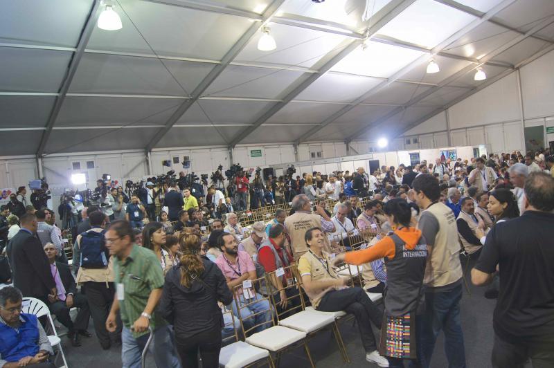 Ab 20 Uhr versammelten sich die internationale Presse und die Wahlbeobachter im Zelt des Nationalen Wahlrates, um auf die Verlesung des vorläufigen Endergebnisses zu warten. Bei diesen Wahlen verzögerte sich die Bekanntgabe des 1. Wahlberichtes, da der CNE solange abwarteten musste, bis das Ergebnis statistisch unumkehrbar ist.