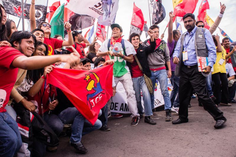 """Mehr als 10.000 Jugendliche finden sich unter dem Motto """"Jugend vereint gegen Imperialismus, für eine Welt des Friedens, der Solidarität und des sozialen Wandels"""" zusammen"""