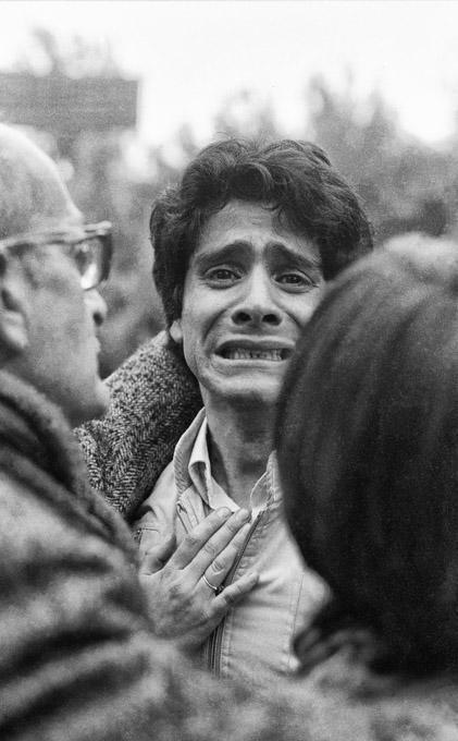 Sohn von Santiago Nattino während der Beerdigung seines Vaters im April 1985, Santiago.  Santiago Nattino wurde von der Polizei entführt und ermordet (Fall Degollados)