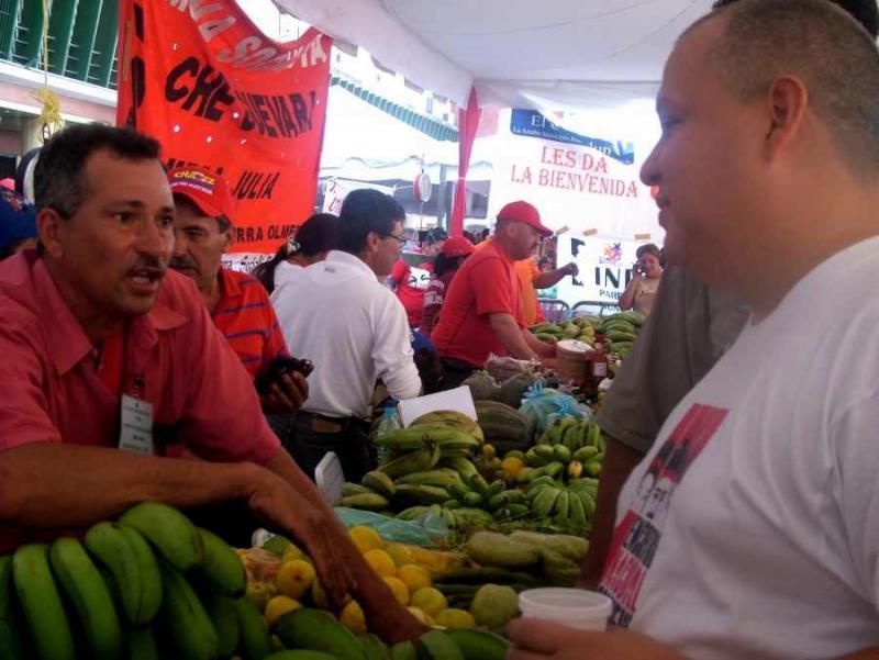 """Angehöriger der """"sozialistischen Kommune Che Guevara"""" aus dem Bundesstaat Mérida im Gespräch mit dem Minister für Kommunen und soziale Bewegungen, Reinaldo Iturriza"""
