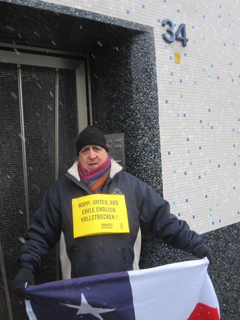 Demonstrant vor der Haustür von Hartmut Hopp in Krefeld