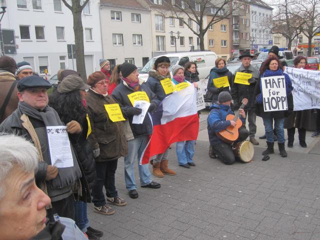 Demonstranten mit Transparenten und der chilenischen Fahne.