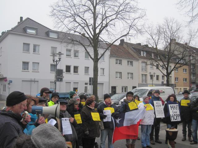 Demonstranten machen die Nachbarschaft von Hopp auf seine Verbrechen aufmerksam.