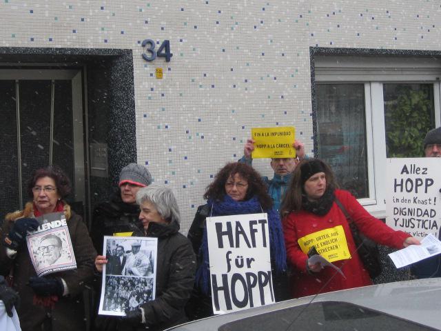 Demonstranten verlangen die Verhaftung von Hopp.