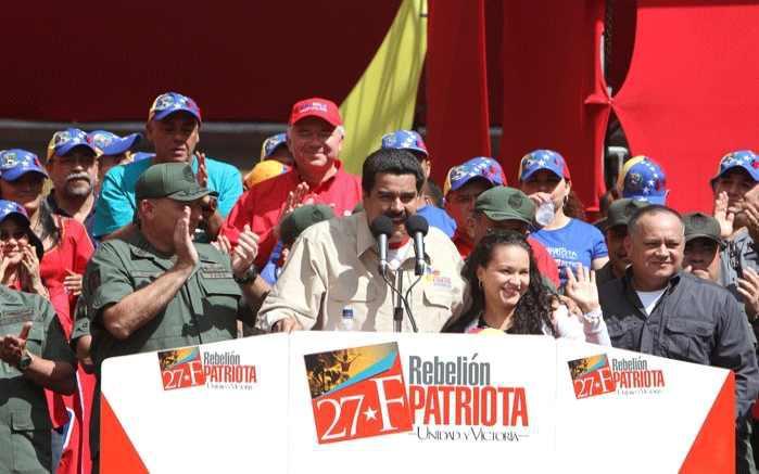 Minister der Regierung und Vizepräsident Nicolás Maduro. Rechts neben ihm Rosa Virginia Chávez, die Tochter des Präsidenten