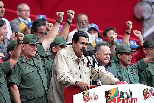 In demonstrativer Einheit: Vertreter der Streitkräfte und der Regierung