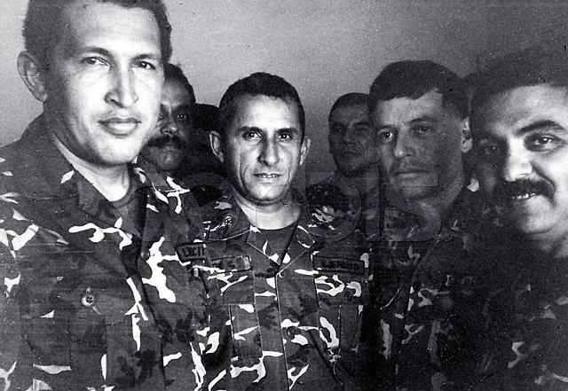 Hugo Chávez (links) und Offiziere aus der EBR 200 im Gefängnis im Jahr 1992
