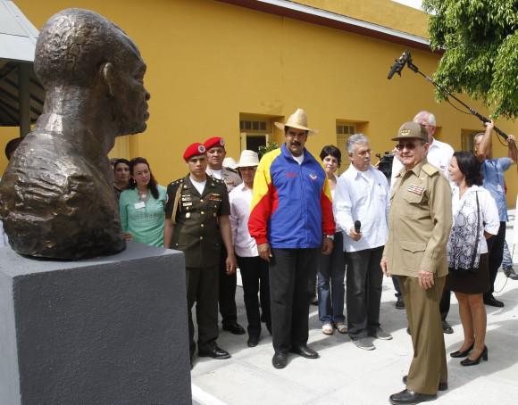 Gäste des Festaktes besuchen das Revolutionsmuseum in Santiago