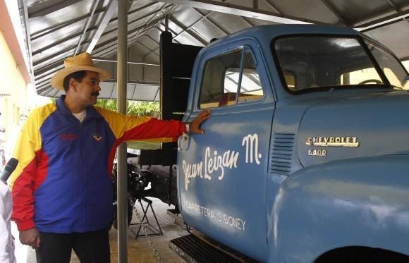 Venezuelas Präsident Maduro neben einem Auto, das von den kubanischen Revolutionären genutzt wurde