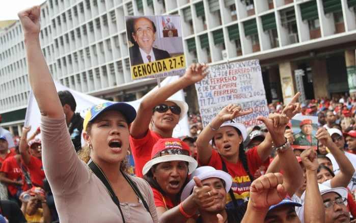 """Genozid am 27. Februar"": Auf dem Plakat ist Carlos Andrés Pérez abgebildet, der damalige Präsident Venezuelas"