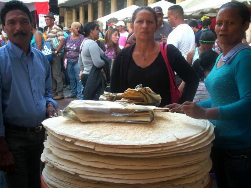 """Die """"sozialistische Kommune La Esperanza del Sur"""" aus dem Bundesstaat Monagas besteht aus 21 kommunalen Räten. Dort werden u.a. Lebensmittel aus der Yucca hergestellt, wie das Casabe-Brot. """"Wir haben erst angefangen, aber es läuft gut"""", sagte die Frau rechts"""