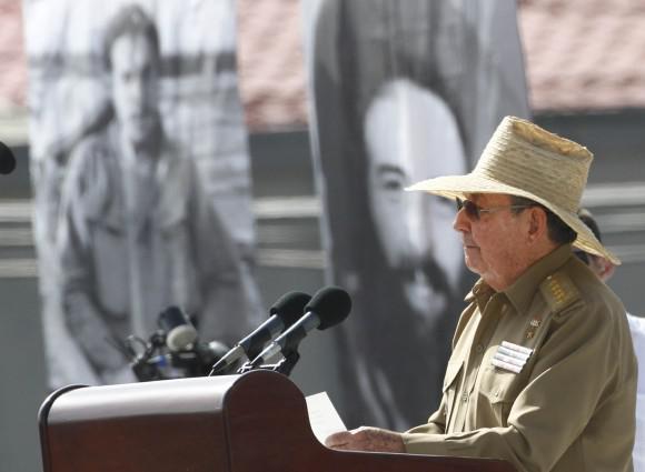 Raúl Castro mit einem typischen Hut der kubanischen Revolutionskämpfer