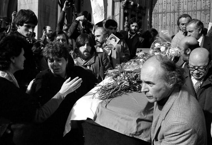 Beerdigung von Rodrigo Rojas de Negri,ein chilenischer Fotograf. Er starb an den Folgen der Verbrennung durch eine militärische Patrouille, befohlen von Pedro Enrique Fernández Dittus, am 6. Juli 1986 während einer Demonstration gegen die Diktatur von    Augusto Pinochet. Auf dem Foto links: Seine Mutter, Veronica De Negri, trägt den Sarg ihres Sohnes nach der Totenmesse.