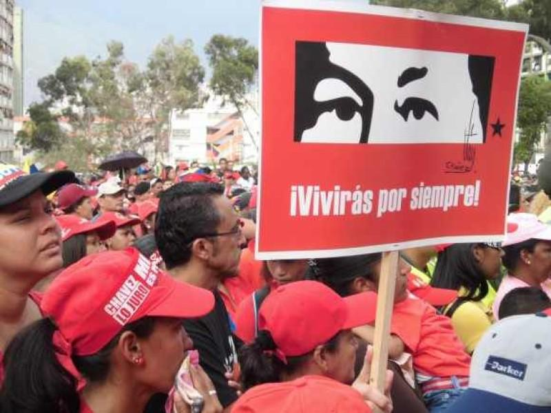 """Anhänger von Hugo Chávez im 23 de Enero, auf dem Plakat eine Zeichnung der Augen von Chávez: """"Du wirst für immer leben"""""""