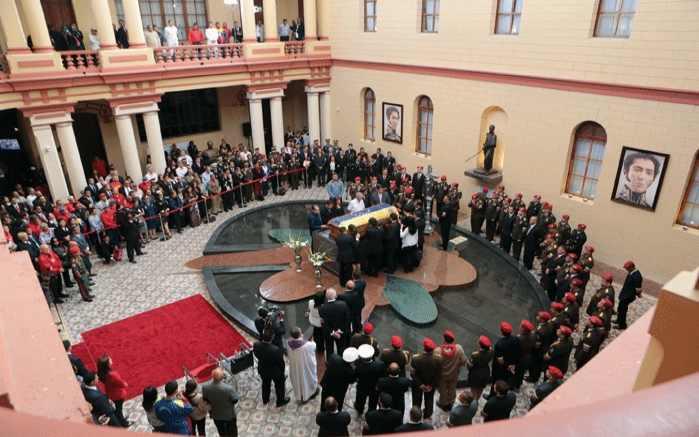 Aufbahrung im Hof des Militärmuseums