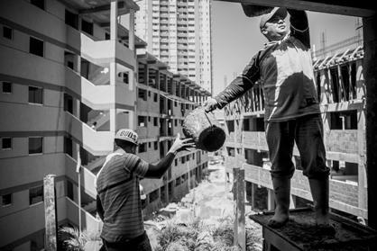 """Gemäß einer Vereinbarung mit der Regierung und mit Unterstützung des Wohnungsbauprogramms """"Gran Misión Vivienda Venezuela"""", stellt der Staat den Familien den größten Teil der Baumaterialien zur Verfügung, um dieses selbstverwaltete Hausbauprojekt zu ermöglichen"""