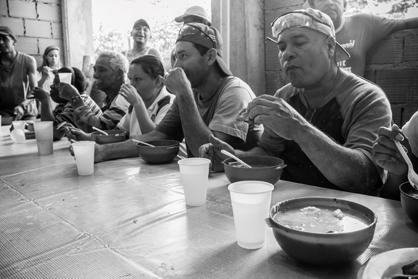 """Einige Familien haben die Aufgabe übernommen, die Arbeitenden mit Essen zu versorgen. Die kräftigende Suppe """"Sancocho"""" gehört immer dazu"""