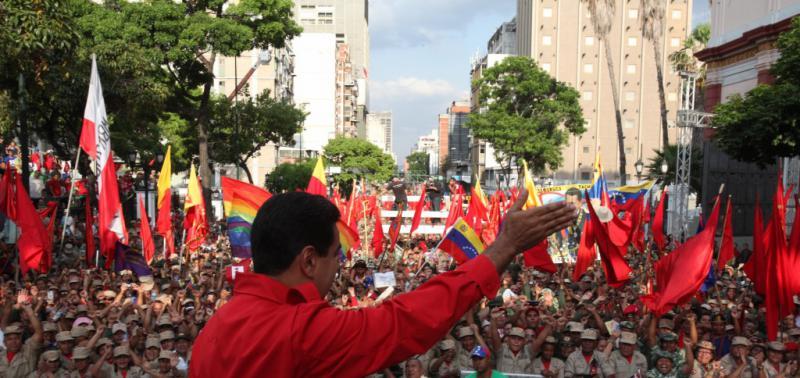 Präsident Nicolás Maduro auf der Bühne vor dem Präsidentenpalast