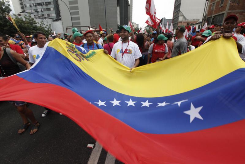 Demonstrierende mit der venezolanischen Flagge