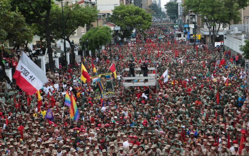 Demonstrationszug auf der Avenida Urdaneta im Zentrum von Caracas