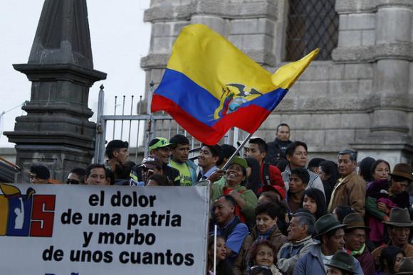Die Teilnehmer der Gedenkveranstaltung schwenkten die Nationalfahne Ecuadors