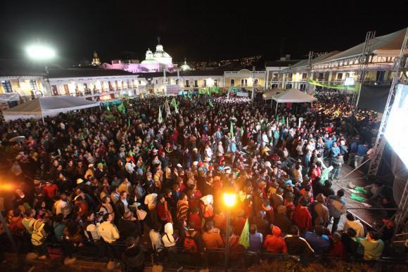 Tausende nehmen auch am Abend am politisch-kulturellen Programm auf der Plaza de San Francisco teil