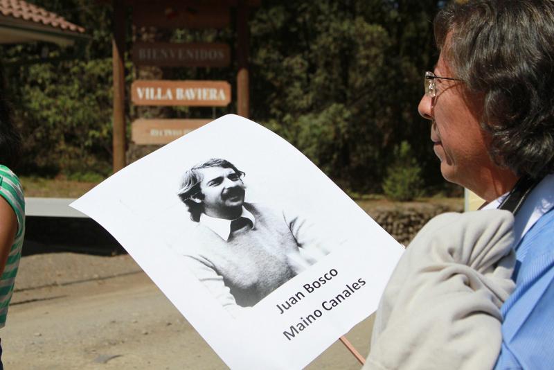 Eine Frau mit dem Bild ihres verschwundenen Angehörigen