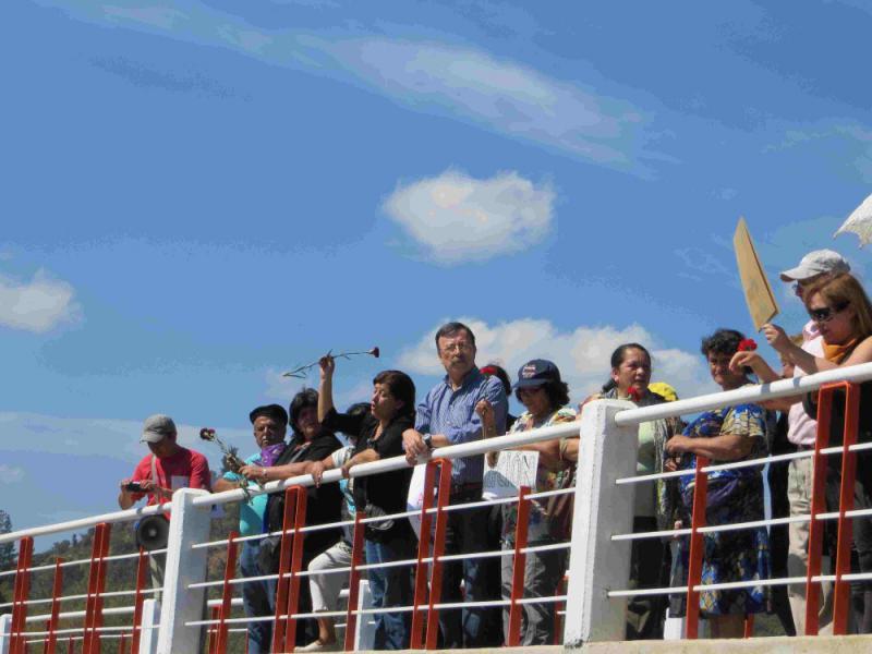 Angehörige auf Brücke über den Perquilauquén