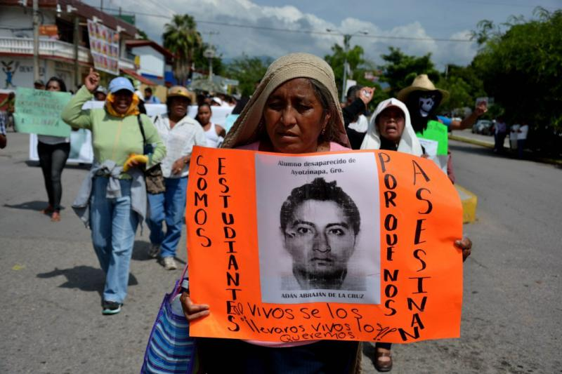 """Demonstrantin in Iguala mit einem Bild ihres verschwundenen Sohnes. """"Wir sind Studenten - warum ermorden sie uns?"""""""
