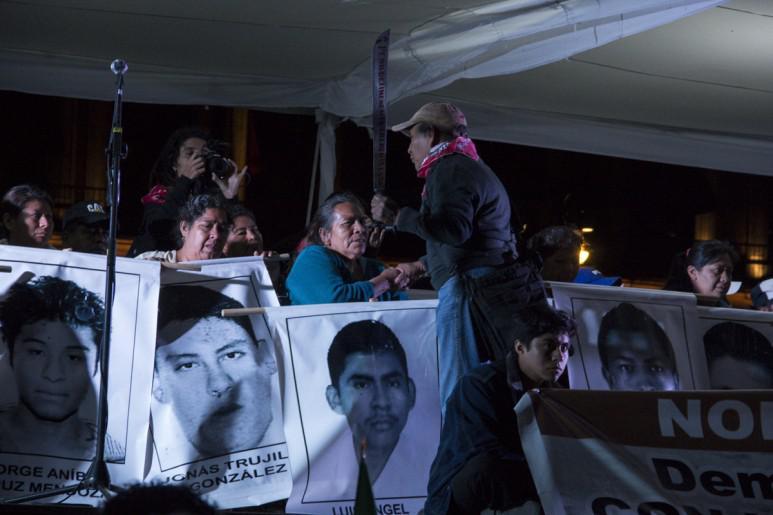 Angehörige der Verschwundenen bei der Kundgebung am Abend in Iguala