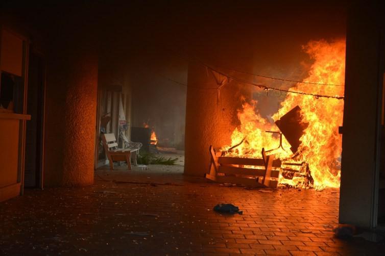 Das Rathaus von Iguala brennt. Der Bürgermeister und seine Frau werden per Haftbefehl gesucht, sie sollen maßgeblich an dem Verbrechen beteiligt sein