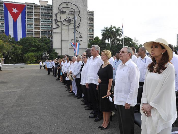 Mitglieder der kubanischen Regierung waren bei der Messe anwesend. Auch Argentiniens Präsidentin Cristina Fernández de Kirchner nahm teil (ganz rechts im Bild)