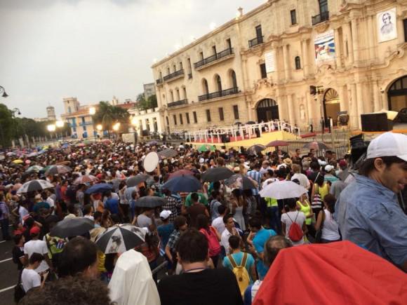 Der Papst hielt vor tausenden jungen Menschen eine Messe vor dem Zentrum Félix Varela in Havanna ab