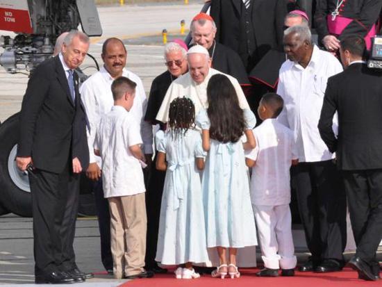 Der Papst erreicht die letzte Station seiner Kuba-Reise: Santiago de Cuba. Hier wurde er vom kubanischen Parlamentspräsidenten Esteban Lazo empfangen /rechts neben Franziskus)