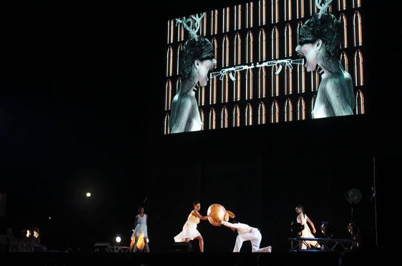 wurde vom katalanischen Ensemble La Fura Dels Baus in Los Monolitos del Paseo Los Próceres aufgeführt