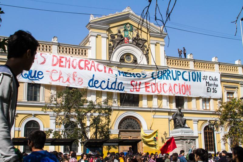 """""""Mehr Demokratie, weniger Korruption - Chile soll über seine Bildung entscheiden"""" steht auf diesem Transparent"""