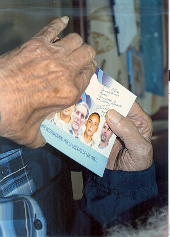 Fidel Castro mit einem Bild der Cuban Five. Die Männer waren unlängst aus US-Gefängnissen entlassen worden