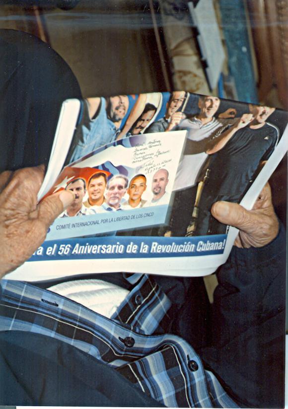 Nahaufnahme der Zeitung in Fidel Castros Händen