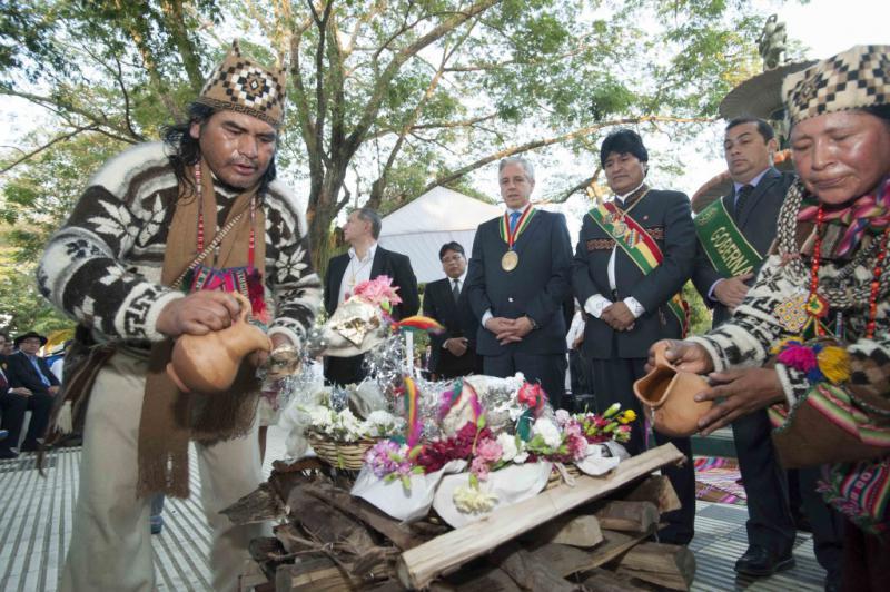 Evo Morales mit Vizepräsident García Linera bei einer interreligiösen Zeremonie zum Unabhängigkeitstag am 6. August 2015