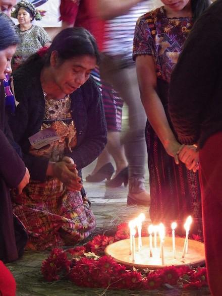 Maya-Zeremonie zum Gedenken an die Verstorbenen und die Aufarbeitung der Geschichte, während der Eröffnungszeremonie