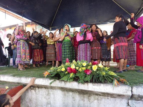 Frauen während des Abschlussfestes auf der Bühne