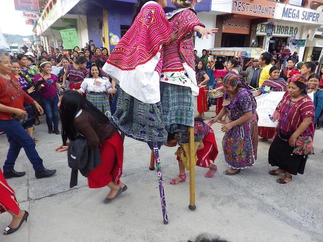 """""""Fiesta"""" während der Demonstration zum Auftakt des Festivals"""