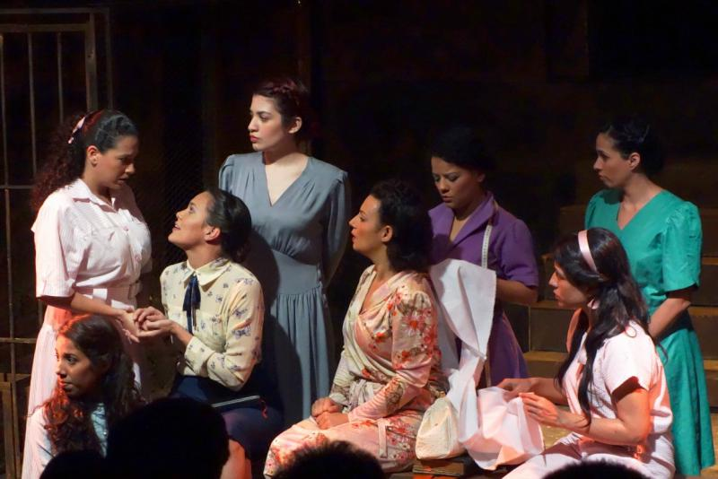 """Im Saal Rajatabla der Unearte wurde das Stück """"Dreizehn Rosen"""" gespielt. Regie führte der Venezolaner Elvis Chaveinte"""