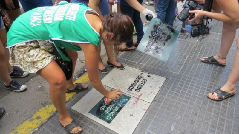 """Stencils: """"Mehr Staat, weniger Entlassungen"""" und """"Der Staat sind wir alle"""""""